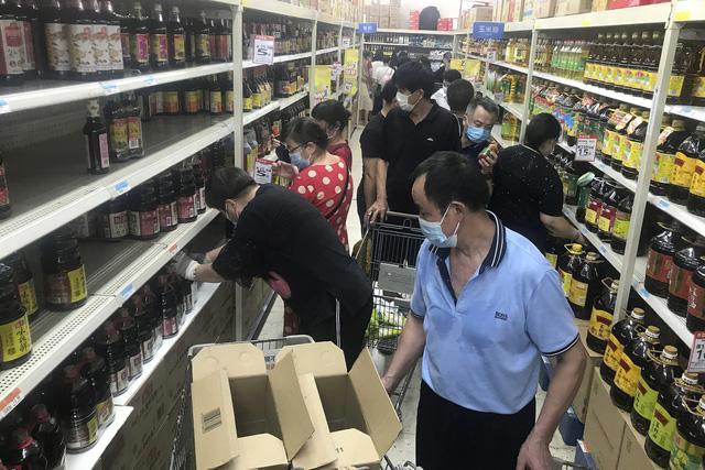 Dịch COVID-19 tái bùng phát, thành phố Vũ Hán xét nghiệm cho 11 triệu cư dân - Ảnh 1.
