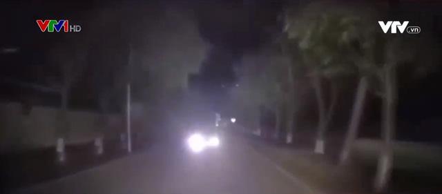 Sử dụng đèn pha trong đêm tối như thế nào mới an toàn? - Ảnh 1.