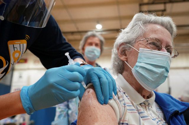 Mỹ đạt mục tiêu 70% dân số tiêm vaccine, mới chỉ ở mức sàn - Ảnh 1.