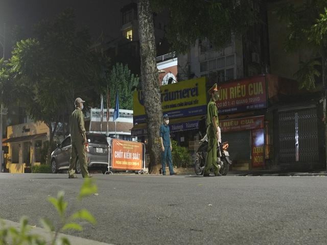 Đêm trắng của những lực lượng trực chốt kiểm dịch ở Hà Nội - Ảnh 2.