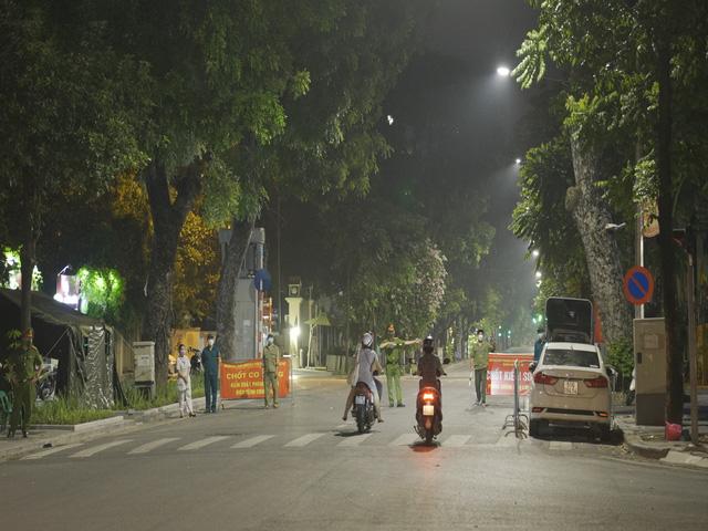 Đêm trắng của những lực lượng trực chốt kiểm dịch ở Hà Nội - Ảnh 1.