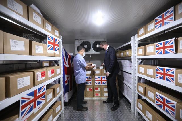 Việt Nam nhận 415.000 liều vaccine COVID-19 do Chính phủ Anh trao tặng - Ảnh 1.