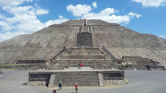 Phát hiện bó hoa hơn 2.000 tuổi dưới kim tự tháp Teotihuacan - ảnh 1