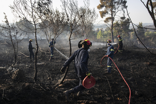 Cháy rừng tiếp tục hoành hành tại Hy Lạp trong đợt nắng nóng tồi tệ nhất hơn 30 năm qua - Ảnh 1.