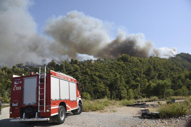 Cháy rừng tiếp tục hoành hành tại Hy Lạp trong đợt nắng nóng tồi tệ nhất hơn 30 năm qua - Ảnh 6.