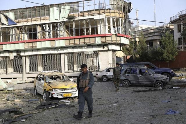 Tấn công nhằm vào quyền Bộ trưởng Bộ Quốc phòng Afghanistan, nhiều người thương vong - Ảnh 7.
