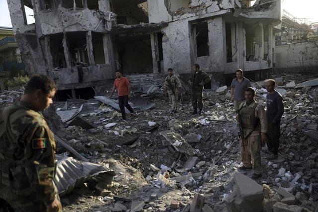 Tấn công nhằm vào quyền Bộ trưởng Bộ Quốc phòng Afghanistan, nhiều người thương vong - Ảnh 2.