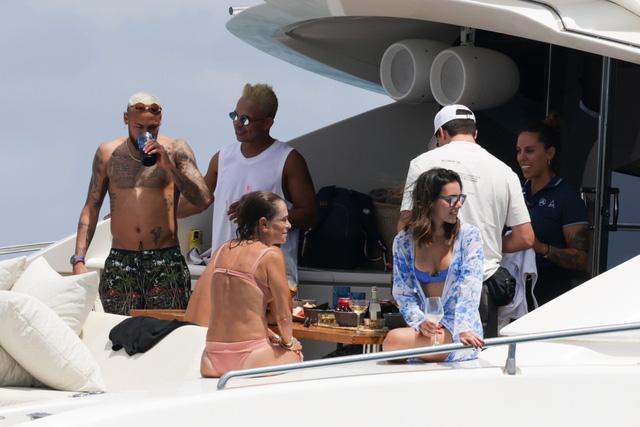 Neymar bụng mỡ sau 3 tuần nghỉ hè - Ảnh 1.
