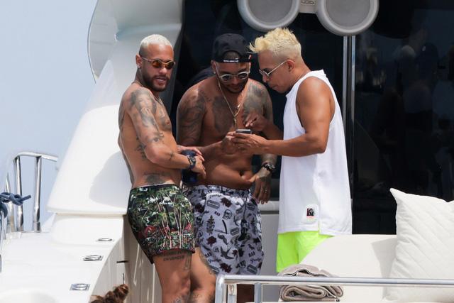 Neymar bụng mỡ sau 3 tuần nghỉ hè - Ảnh 2.