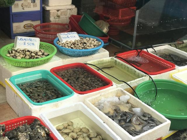 Hà Nội: Chợ đầu mối tạm đóng cửa vì có ca COVID-19, giá rau, thịt cá tăng - Ảnh 2.