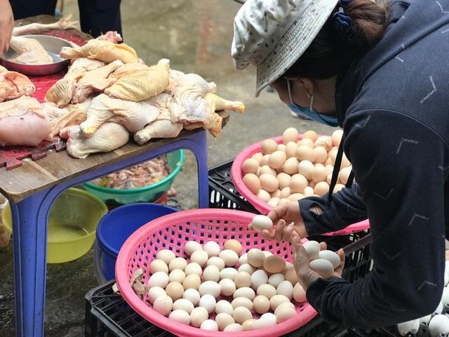 Hà Nội: Chợ đầu mối tạm đóng cửa vì có ca COVID-19, giá rau, thịt cá tăng - Ảnh 3.