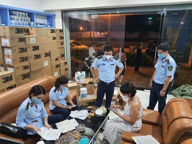 Hà Nội: Phát hiện 20.000 khẩu trang nghi làm giả chuẩn bị cung cấp cho một số bệnh viện - Ảnh 1.