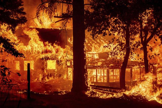 Cháy rừng kỷ lục hoành hành ở California, phần lớn thị trấn Greenville chỉ còn là đống tro tàn - Ảnh 1.