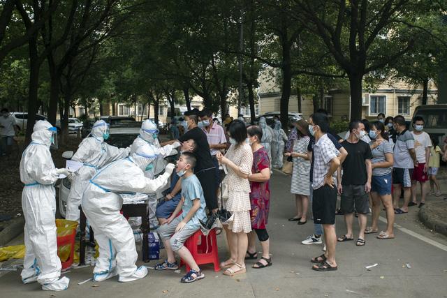 Trung Quốc chạy đua xét nghiệm đại trà nhiều lần, hạn chế phong tỏa diện rộng - Ảnh 1.