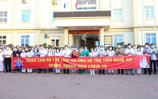 The delegation of medical workers from Ha Tinh Province supporting Nghe An (Photo: NDO)