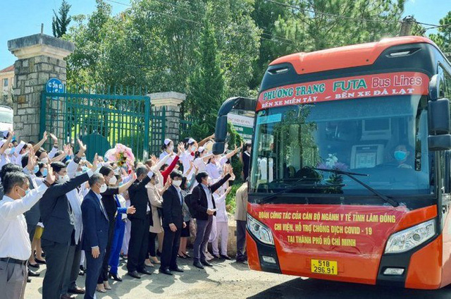 Lam Dong Provinces medical workers set off to Ho Chi Minh City. (Photo: NDO)