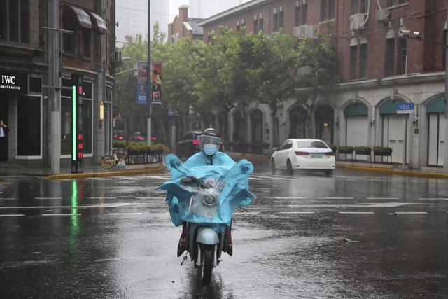 Trung Quốc sơ tán hàng trăm nghìn dân tránh bão Chanthu - Ảnh 4.