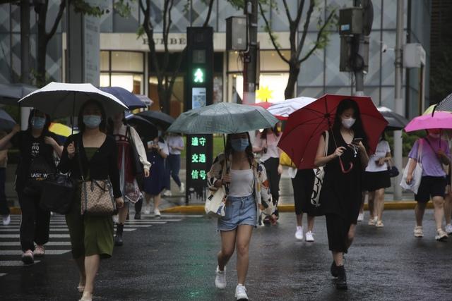 Trung Quốc sơ tán hàng trăm nghìn dân tránh bão Chanthu - Ảnh 1.