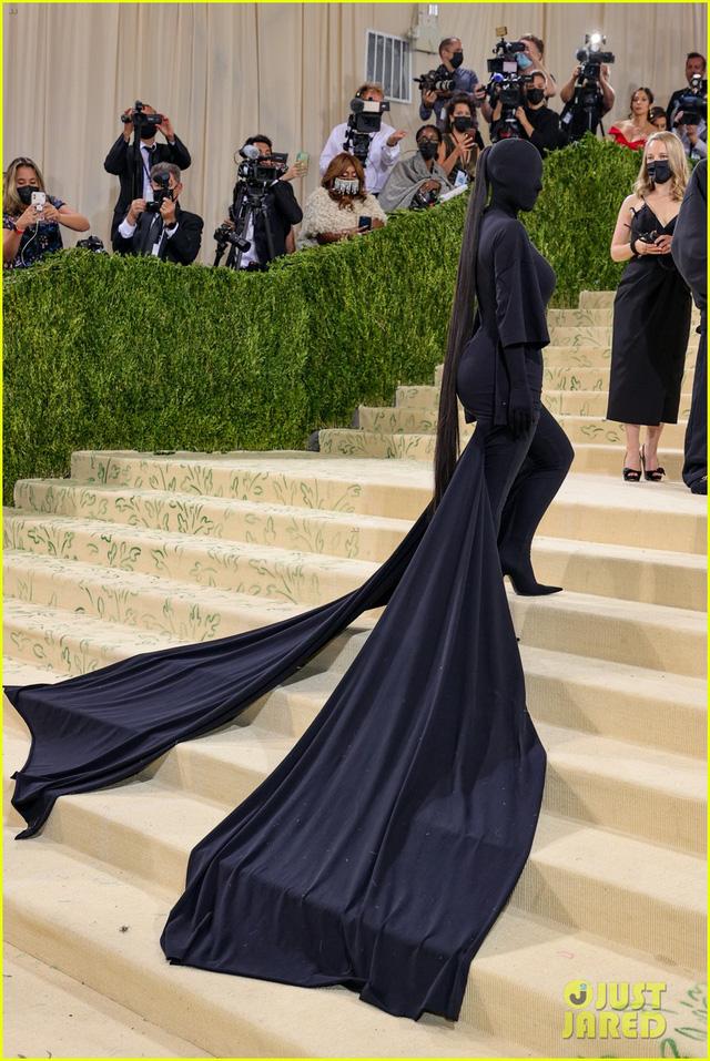 Cô Kim siêu vòng 3 gây choáng váng với trang phục kín mít, không hở một milimet da thịt tại Met Gala 2021 - Ảnh 3.