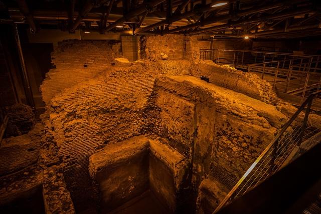 Khám phá công trình cổ bí mật dưới đài phun nước nổi tiếng ở Rome (Italy) - Ảnh 1.