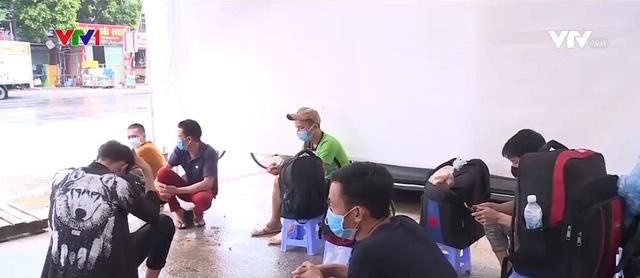 Nhiều người lao động mắc kẹt tại cửa ngõ Thủ đô - ảnh 1