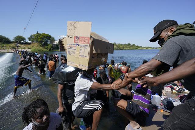 Hàng nghìn người di cư chờ đợi trong nắng nóng, Mỹ điều động gấp nhân viên tới biên giới phía Nam - ảnh 1