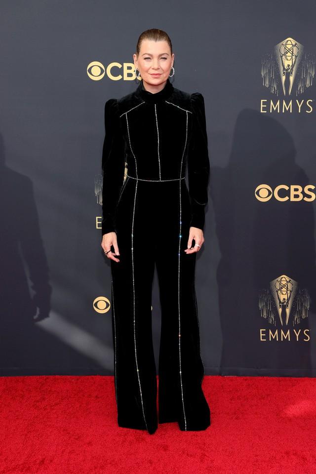 Dàn sao rực rỡ trên thảm đỏ Emmy 2021 - Ảnh 3.