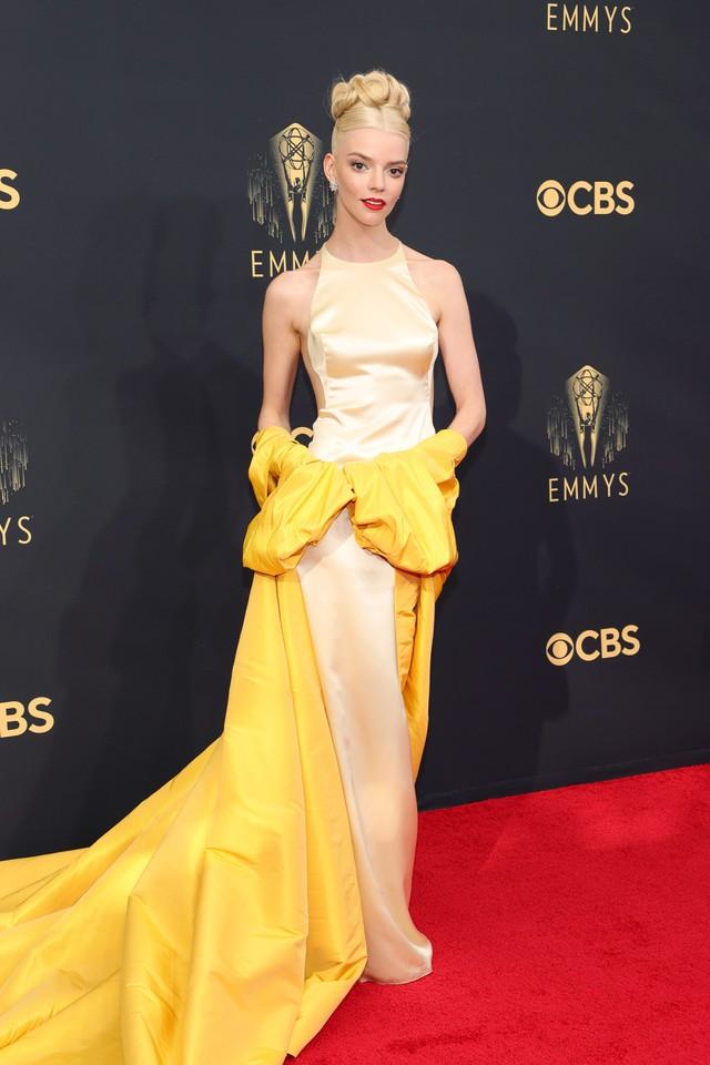 Dàn sao rực rỡ trên thảm đỏ Emmy 2021 - Ảnh 1.