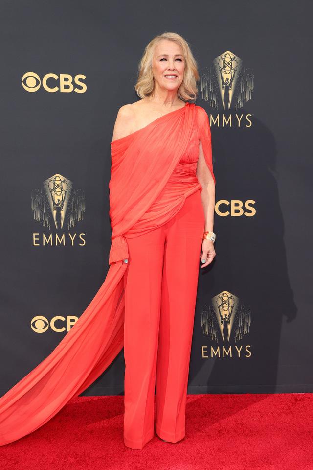Dàn sao rực rỡ trên thảm đỏ Emmy 2021 - Ảnh 7.