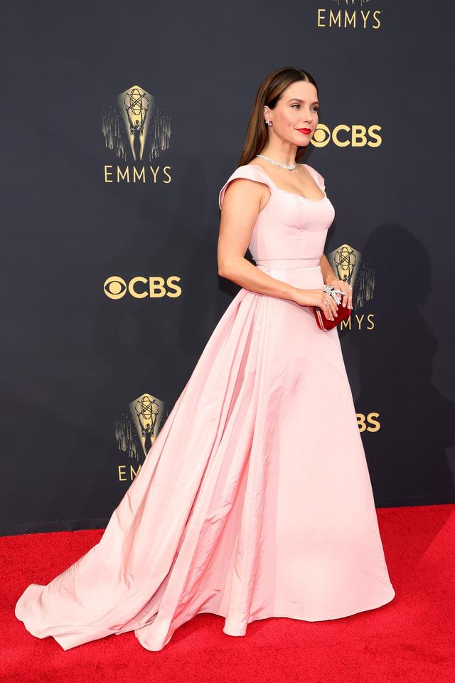 Dàn sao rực rỡ trên thảm đỏ Emmy 2021 - Ảnh 10.