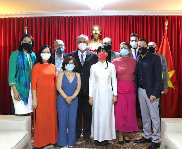 Đại sứ quán Việt Nam tại Brazil giới thiệu sách về Chủ tịch Hồ Chí Minh - Ảnh 2.