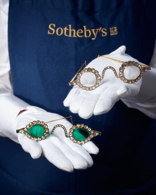 """Cặp kính """"trừ tà"""" từ thế kỷ 17 được đấu giá lên tới 13.5 triệu USD - Ảnh 1."""