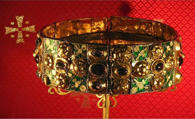 """9 món đồ trang sức ẩn chứa """"bí mật"""" của nhiều thế hệ Hoàng gia - ảnh 5"""