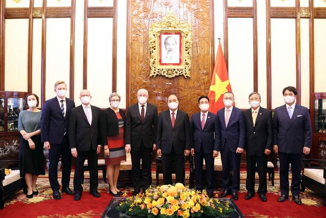 Chủ tịch nước Nguyễn Xuân Phúc tiếp các Đại sứ các nước Uruguay, Phần Lan, Áo trình Quốc thư - Ảnh 2.