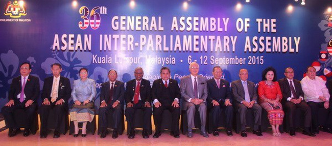 Heads of the participating delegations and Malaysian PM Najib Razak (6th, right) pose for photo at the event (Photo: VNA)