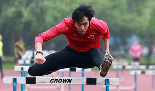 Vietnam's Nguyen Ngoc Quang clears a hurdle during a practice session to prepare for the 2015 SEA Games at a training center in Hanoi. (Photo: Tuoi Tre)