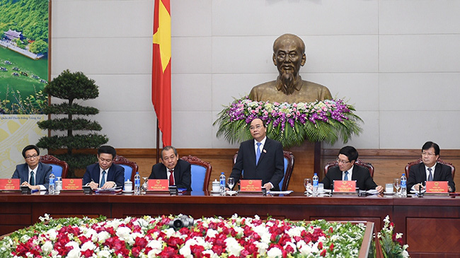 Deputy PMs Trinh Dinh Dung, Pham Binh Minh; PM Nguyen Xuan Phuc; Deputy PMs Truong Hoa Binh, Vuong Dinh Hue and Vu Duc Dam at the first meeting of the Cabinet (Credit: VGP)