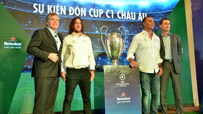 Two former football stars, Ruud Gullit and Carles Puyol, accompany the trophy as it is makes appearances in famous landmarks and in each city. (Credit: VNA)
