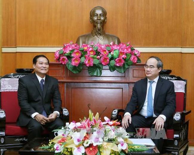VFF President Nguyen Thien Nhan (R) and LFNC Vice President Chanthavong Senamatmontry (Source: VNA)