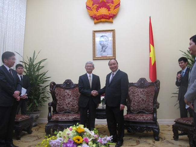 Deputy PM Nguyen Xuan Phuc (R) and Executive Vice President of Toyota Motor Corporation (Photo: vovgiaothong)