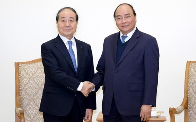 Prime Minister Nguyen Xuan Phuc (R) welcomes Choi Young Joo, Chairman and CEO of the Panko Corporation (Source: VNA)