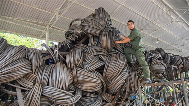 Sculptor Vu Binh Minh puts a final touch on his giant work entitled Summer Cloud(Source: VNA)