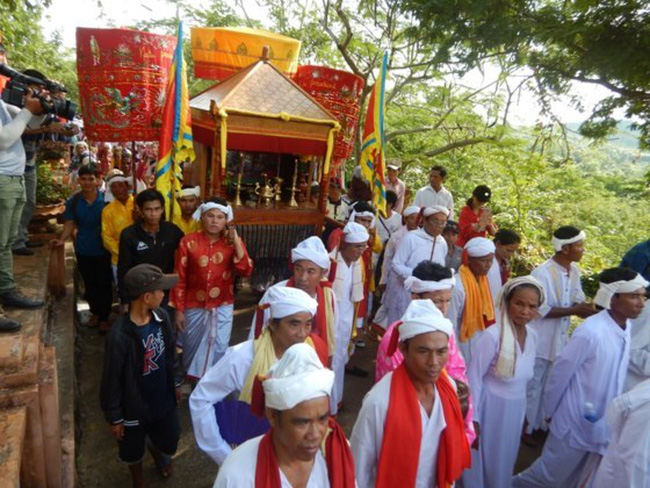 Po Sah Inu Goddess costume carrying ceremony (Source: sggp.org.vn)