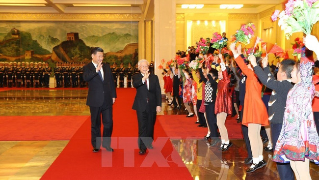 Party General Secretary and President of China Xi Jinping (L) and Party General Secretary Nguyen Phu Trong at the official welcome ceremony (Source: VNA)
