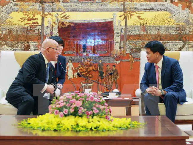 Chairman of the Hanoi city People's Committee Nguyen Duc Chung (R) and his Japanese guest. (Photo: VNA)