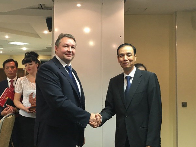 Vice Secretary of Hanoi's Party Committee Dao Duc Toan (R) and Chairman of Minsk's Executive Committee Andrei Victorovich Shorets (Source: kinhtedothi)