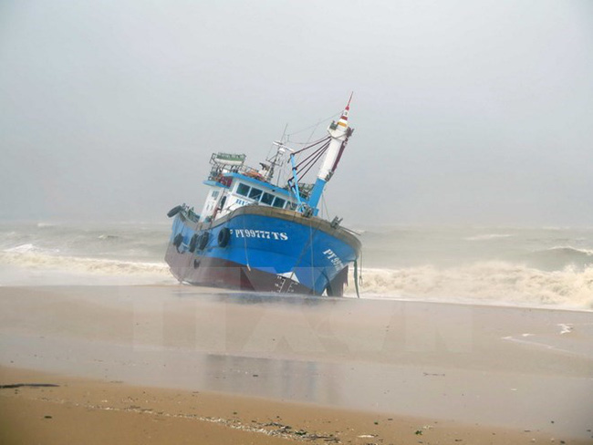 A boat was washed ashore by strong waves in storm Damrey in Quy Nhon city of Binh Dinh province (Photo: VNA)