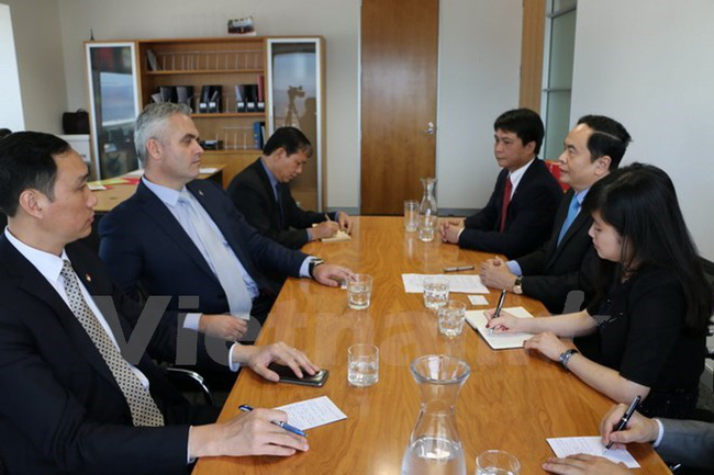 Scene at the meeting between President of the Vietnam Fatherland Front Central Committee Tran Thanh Man (right, centre) and Fletcher Tabuteau, New Zealand Parliamentary Under-Secretary for Regional Economic Development (left, centre) (Photo: VNA)