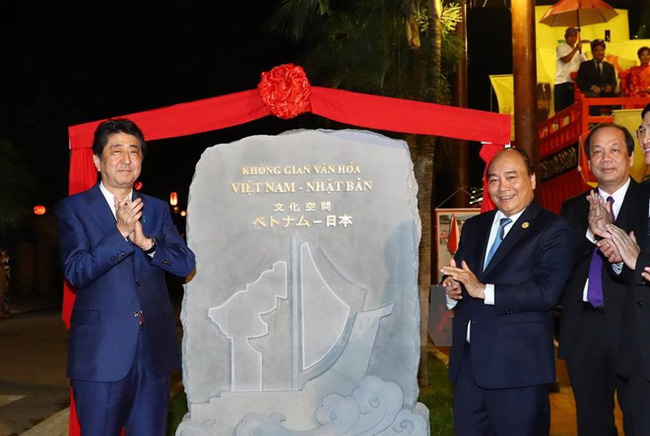 Prime Minister Nguyen Xuan Phuc and his Japanese counterpart Shinzo Abe launch the Vietnam-Japan cultural space in Hoi An ancient town (Photo: VNA)