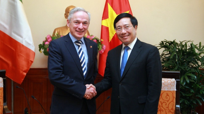 Deputy Prime Minister cum Foreign Minister Pham Binh Minh meets with Irish Minister for Education and Skills Richard Bruton in Hanoi on November 24. (Credit: VGP)